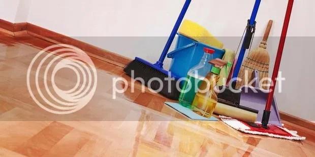 Bersihkan rumah pasca banjir