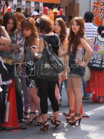 Jeunes femmes japonaises en talons, par Takeshi902