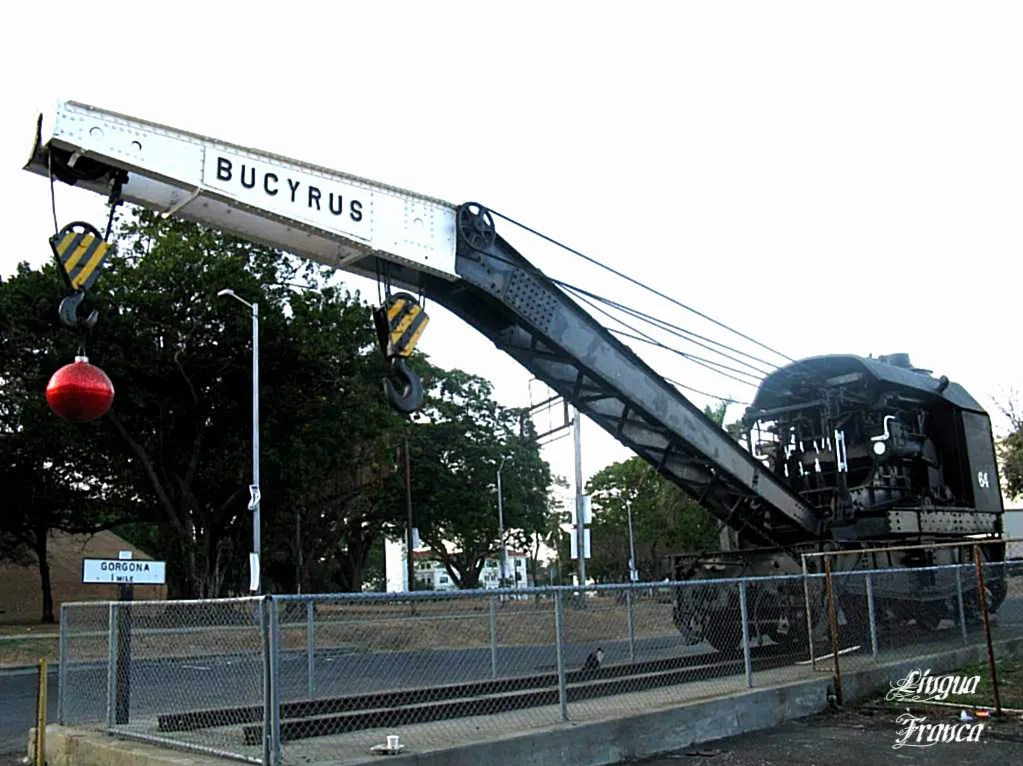 Photograph of the formiadable heavy equipment responsible for the construction of the Panama Canal.  (Credit:  Omar Upegui R.)