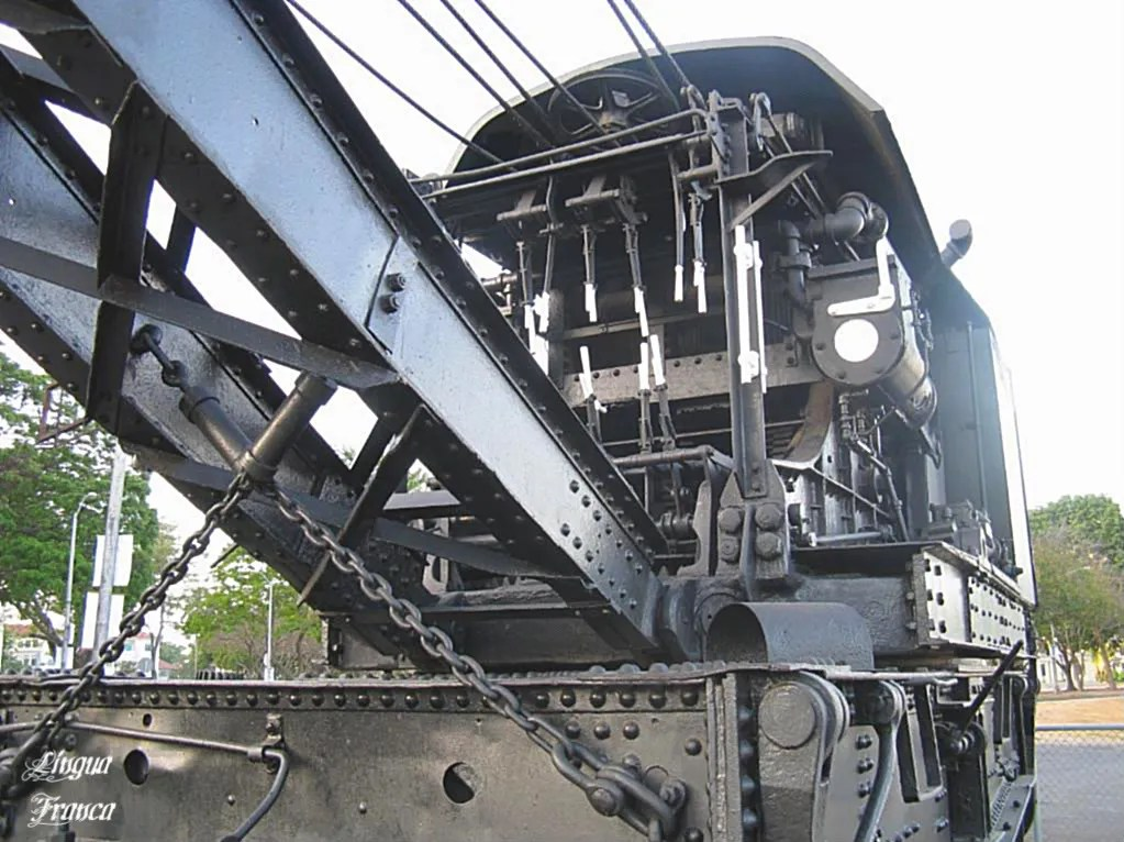An impressive front view of the railway crane with all its complex operating equpment neatly painted in black and white.  (Credit:  Omar Upegui R.)