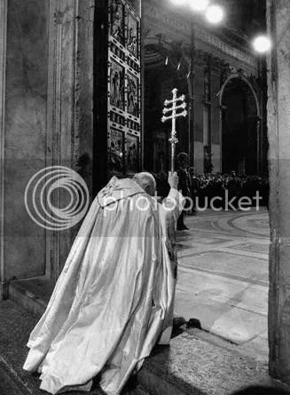 PopeJohnPaulIIOpeningtheHolyDoorinS.PetersBasilica.jpg picture by kjk76_93