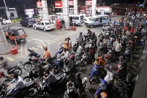 On the evening before the Indonesian fuel subsidies were lifted, motorists waited to fuel up at the lower, subsidized price for the last time.