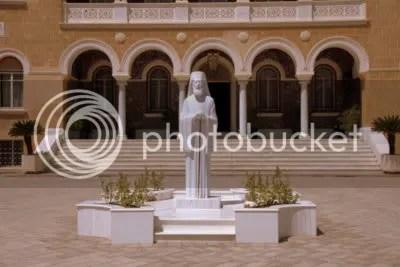 Paleis van de aartsbisschop met standbeeld van aartsbisschop Makarios de eerste president van Cyprus