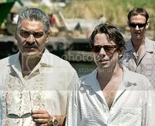 General Modrano (Joaquin Cosio), Dominic Greene (Mathieu Amalric) e Elvis (Anatole Taubman) - CLIQUE PARA AMPLIAR ESTA FOTO