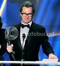 Num momento emocionante, Gary Oldman recebe o Globo de Ouro de Melhor Ator Coadjuvante pelo seu colega Heath Ledger - CLIQUE PARA AMPLIAR ESTA FOTO