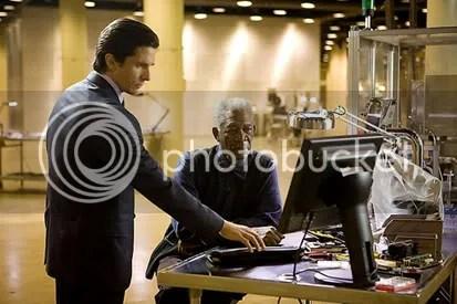 Bruce wayne (Christian Bale) e Lucius Fox (Morgan Freeman): respeito e admiração em ambos. CLIQUE PARA AMPLIAR ESTA FOTO EM ÓTIMA RESOLUÇÃO.