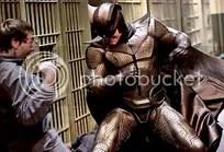Coruja e Espectral (fora do quadro -amplie em ótima resolução, para vê-la) saem no braço contra prisioneiros.