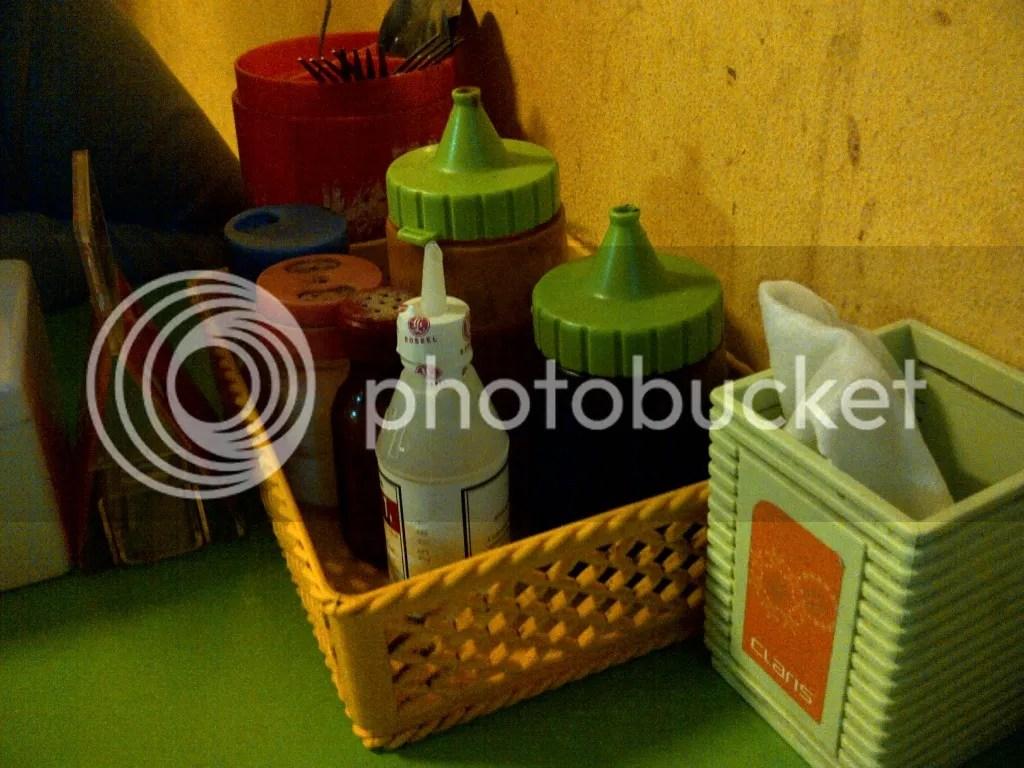 Botol sambal, saus, kecap dkk di setiap meja