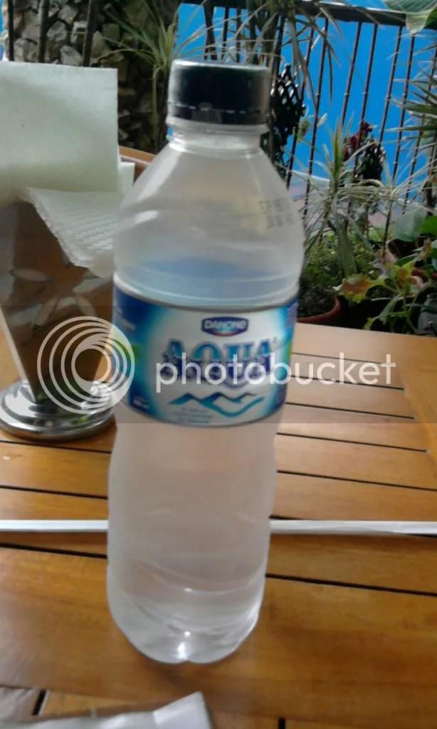 Aqua 600ml (Rp 4500)