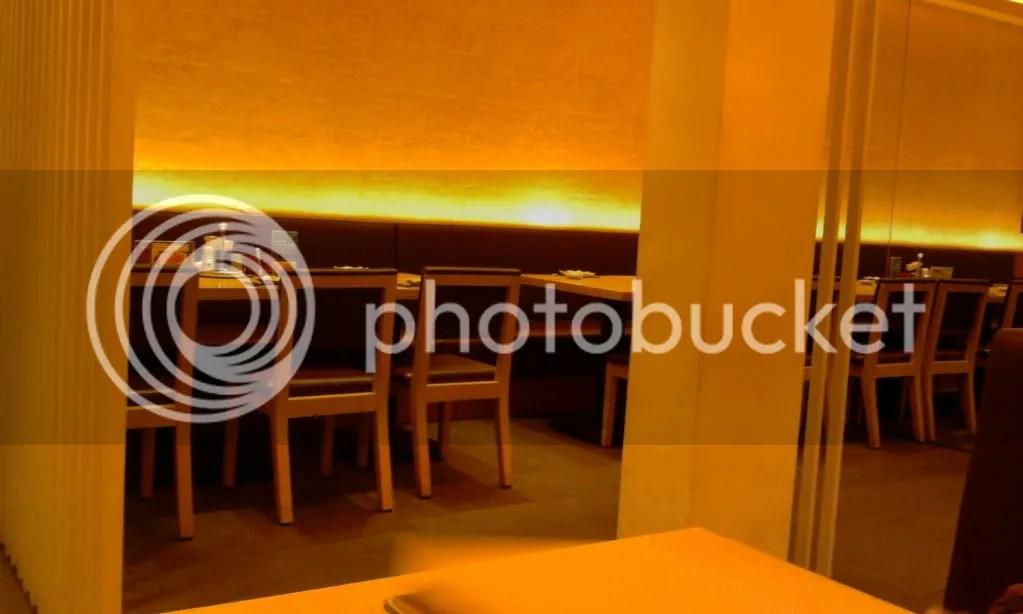 Kursi dan Meja di Sushi Tei