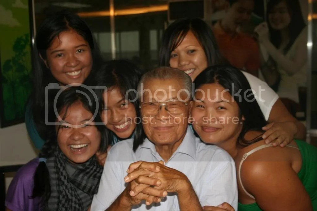 Donna, Mary-Rose, Johanna, Lourdes and Denille with Lolo, taken in August of 2008