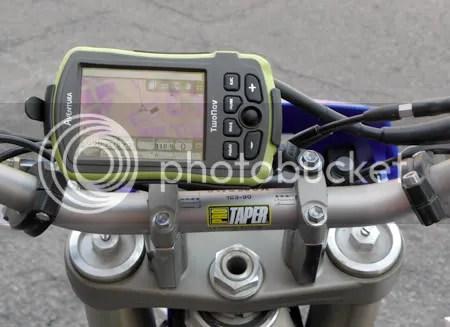 Su resistencia a polvo, agua, golpes, etc y la notable autonomía de la batería hacen del Twonav Aventura una excelente opción como GPS para motos de campo.