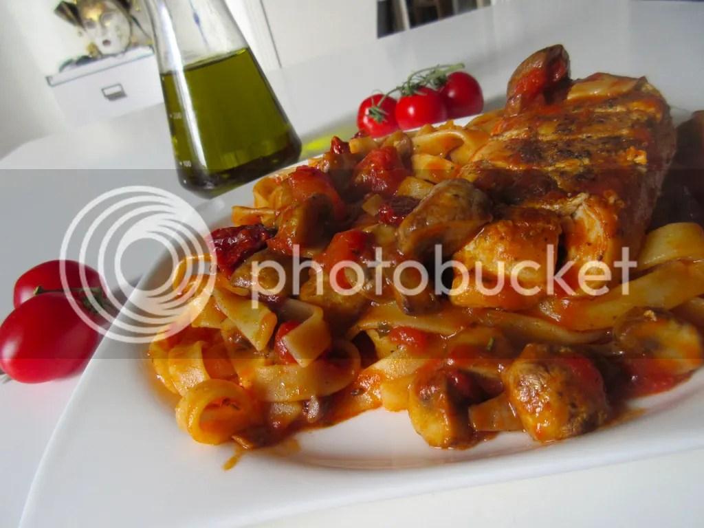Tagliolini con pollo al pomodoro (Pasta with chicken and sun dried tomatoes)