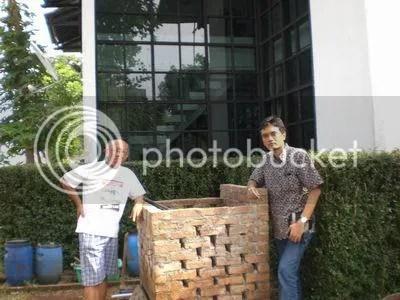 Pak Sobirin dan saya berdiri disamping komposter aerob bata terawang. Foto dijepret menggunakan Casio Exilim Z75, di rumah Pak Sob, Jalan Alfa 92, Cigadung II, Bandung, Jawa Barat.