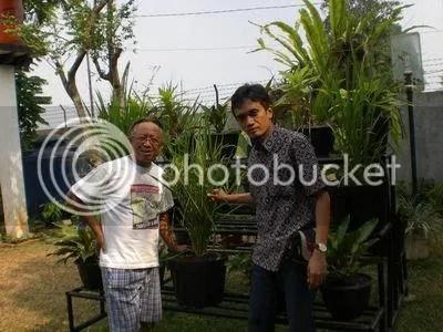 Pak Sob dan saya berdiri di halaman belakang rumah yang penuh dengan aneka tanaman dalam pot. Pak Sob selalu bersemangat dan energik setiap kali membahas soal lingkungan.