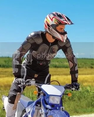 Pengguna motor harian boleh juga menggunakan kidney belt dan body armor seperti ini. Just in case kalau terjadi apa-apa di jalanan. Apalagi kaum komuter yang menempuh jarak puluhan kilometer sehari.
