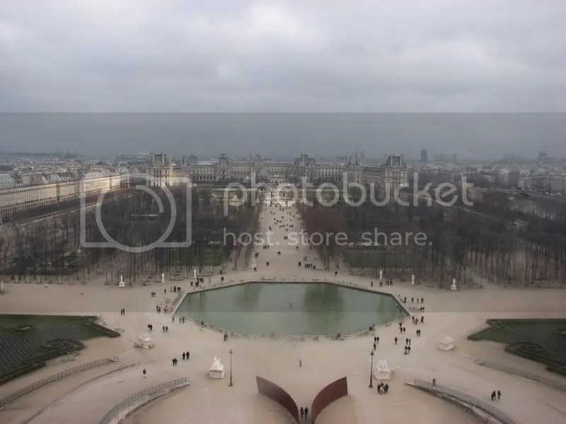 Tuilleries si Luvrul in departare