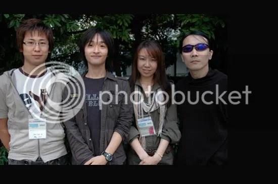 Yukimasa Tamura, designer da Inti Creates, e os músicos Ryo Kawakami, Akari Kaida e Ippo Yamada. Fotos por Jeriaska.