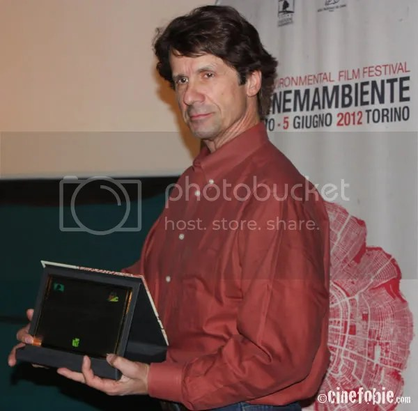 James Balog mostra orgoglioso il suo premio