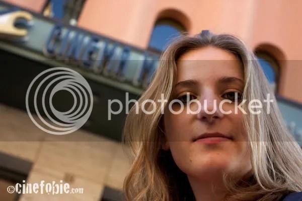 Un'assidua spettatrice davanti all'ingresso del Cinema Massimo