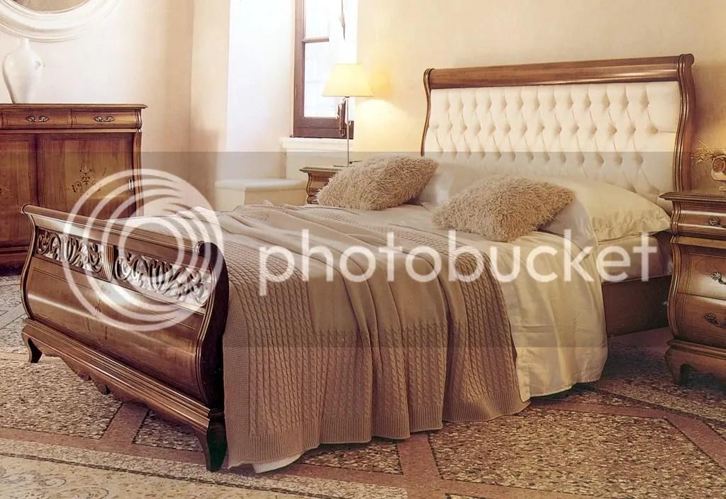 LETTO A BARCA IN MASSELLO FINITURA NOCE TESTATA CAPITONE