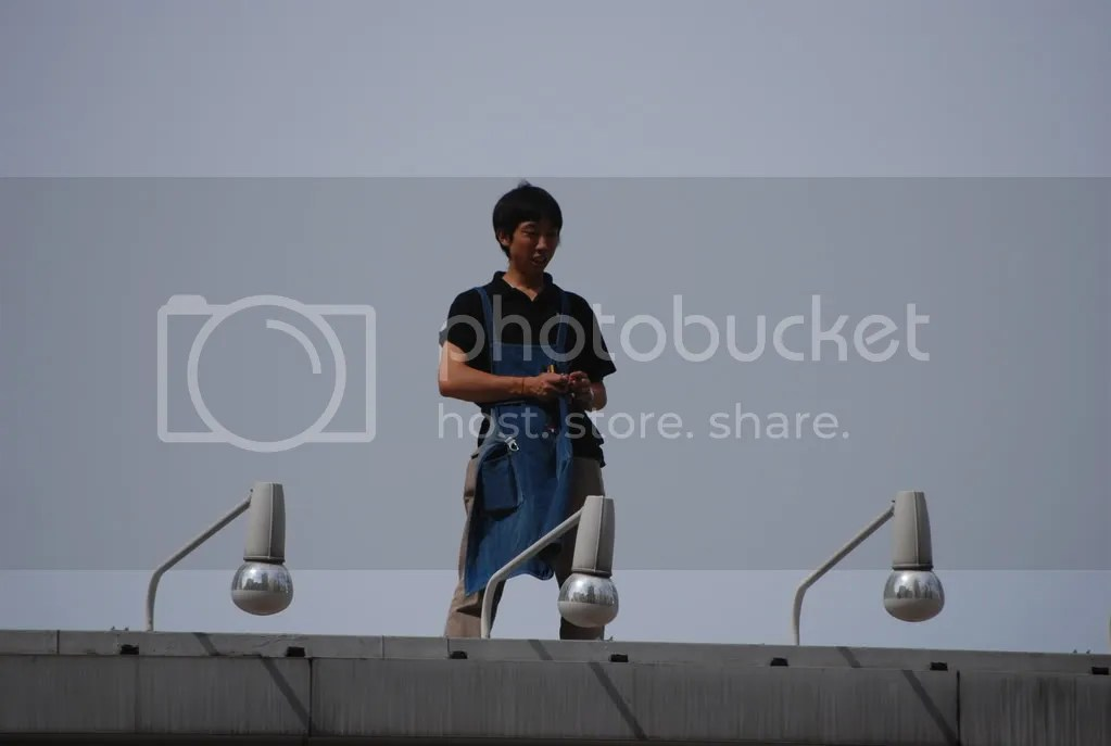 A different rooftop spectator who was on the 100 yen shop sometime after the people in the previous photo
