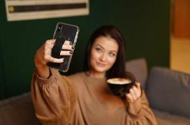 Photo of woman using CLCKR's grip to hold her phone while video calling
