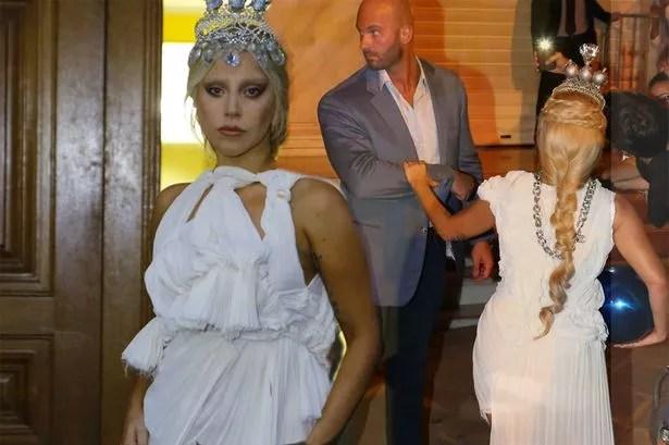 Borracho comportamiento: Gaga tiene una lata le arrojaron como regresa a su hotel en Atenas