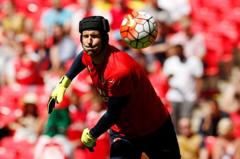 Petr Cech warms up