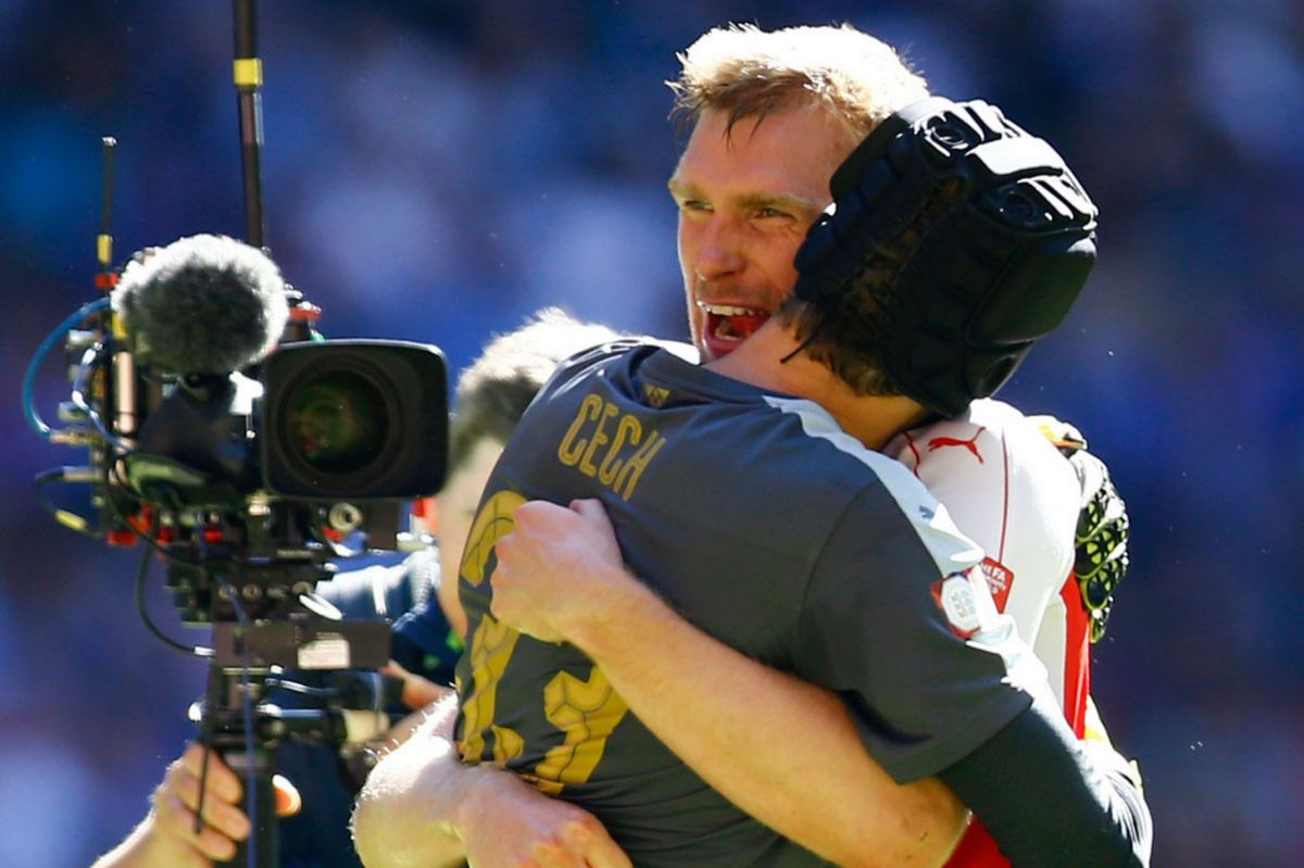Per Mertesacker and Petr Cech celebrate at the end of the match
