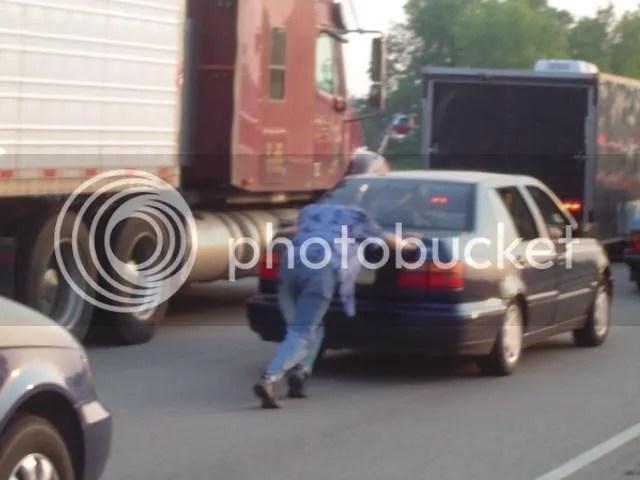 [foto: empujando el coche en tráfico]