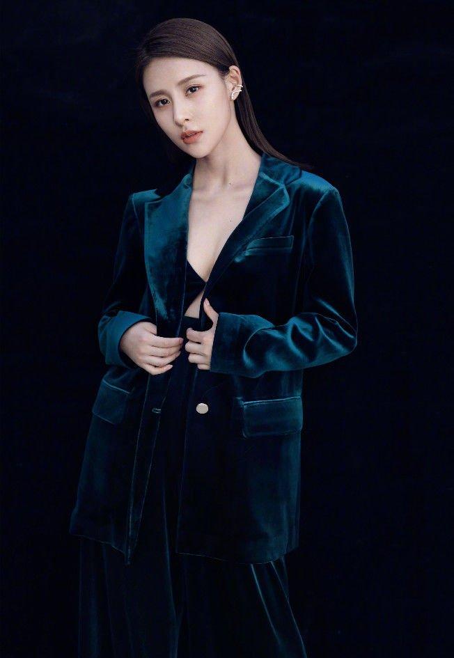賈清是想成為第二個奚夢瑤嗎,穿暗藍西裝還不夠,露出小胸衣! - 壹讀