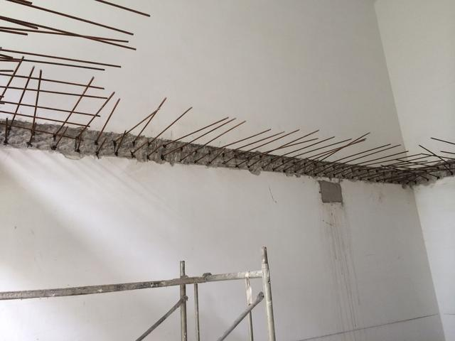 層高6米隔成小複式。師傅開槽植鋼筋。我好擔心!四周沒梁不結實 - 壹讀