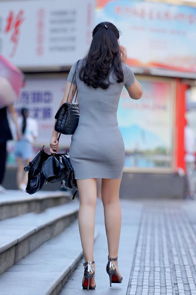 街拍:弔帶包臀裙搭配帶刺高跟鞋的美女。抽煙的妹子你喜歡嗎? - 壹讀
