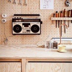 Kitchen Pegboard Cups And Plates 一塊peg Board抵過你n個收納箱 壹讀 不知道從何時起 人們將用作懸掛歸納工具器械的peg Board引入家居裝飾中 從此 一種井井有條 亂中有序的生活理念就這麼油然而生了