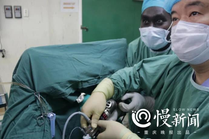 重慶援巴新專家免費開展泌尿外科手術 - 壹讀