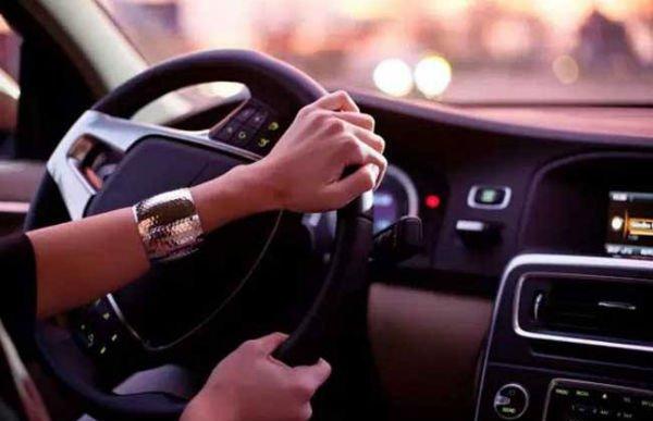 汽車起步能用怠速半離合嗎?開車起步為什麼一定要先踩離合器 - 壹讀