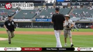 Omar Ramos de Univision lanza la primera bola con los White Sox