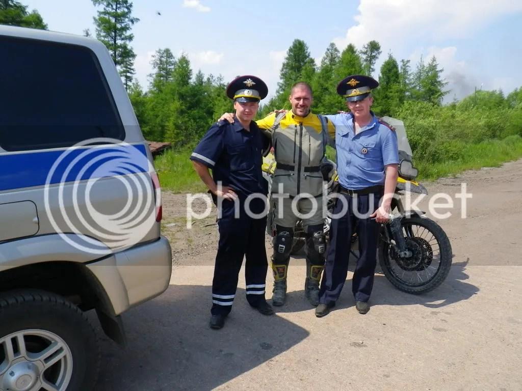Fernando con dos policias rusos.