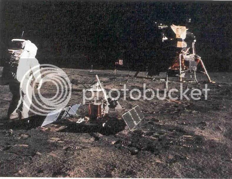 Astronautas del Apolo 16 instalan el experimento de un retrorreflector de láser en la Luna.