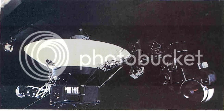 La nave espacial Voyager expuesta en el Laboratorio de Propulsión a Chorro. En el brazo de la izquierda están los generadores de energía nuclear. Dentro del compartimento central, hexagonal, que contiene la electrónica, están las computadoras de a bordo; el disco de oro en el exterior es el Disco Interestelar Voyager (véase capítulo 11). En el brazo de la derecha está la plataforma orientable que permite apuntar varios instrumentos, incluyendo la cámara de gran resolución, abajo a la derecha. (Cedida por la NASA.)