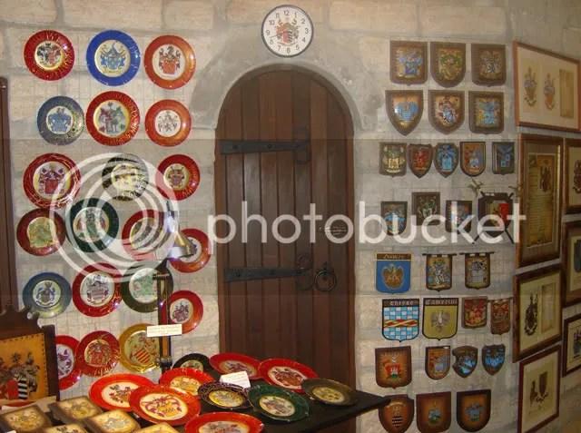 Brasões revestem as paredes do castelo