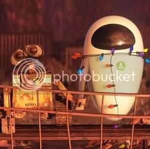 wall-e memegang tangan eva yang sedang rusak