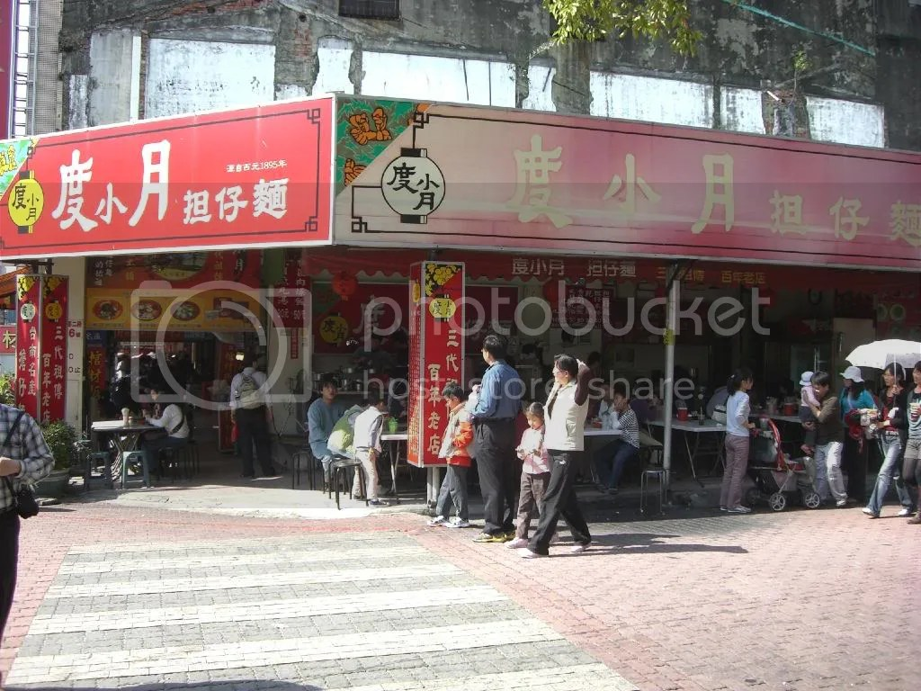 Restaurants like this can be found all over Tainan. This Du Xiao Yue noodle shop claims itself to be the one and only pioneer, but I saw same versions of it in many other places.
