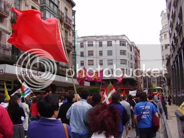 Un primeru de mayun torlavega, Bandera Roja y Labarus al Vientu