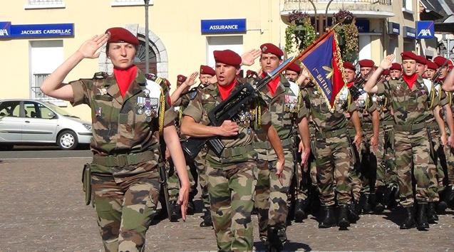 CNE Marie de Lazzer à sa prise de commandement à la 1e Batterie du 35e RAP (Image camps-parachutistes.org).