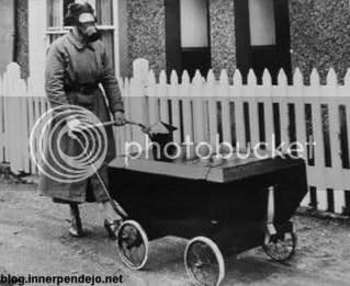 Esta otra imagen es de 1940. La mujer lleva un carrito para bebés diseñado para proteger al niño ante un eventual ataque con gas.