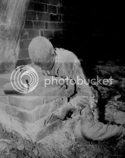Ante el avance de las fuerzas aliadas, los nazis intentaron trasladar a mas de 4.000 prisioneros desde el campo de concentración de Mittelbau-Dora hasta otros campos cercanos. Encerraron a 1016 de estos prisioneros, enfermos o demasiado débiles para caminar, en un granero cercano al pueblo alemán de Gardelegen. Rociaron la paja con gasolina, colocaron barricadas en las puertas y prendieron fuego al edificio. Imagen tomada el 16 de abril de 1945 por el sargento E. R. Allen. Segunda Guerra Mundial.