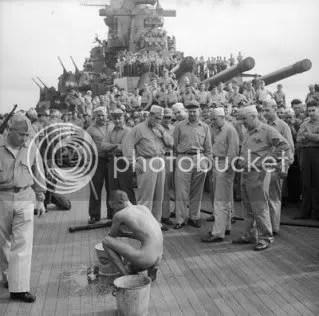 Un prisionero de guerra japones es lavado y despiojado tras ser subido al acorazado USS New Jersey, perteneciente a la Marina de Guerra de los EEUU. Diciembre de 1944.