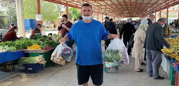 Lukas Podolski, corona virüste pazara gidip paylaşımda bulundu 1